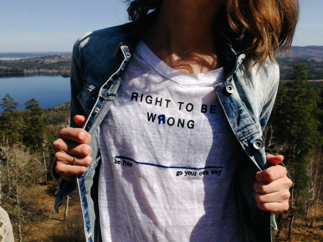 Jeune fille avec un tee-shirt à message