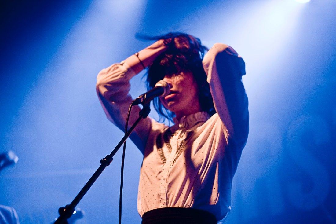 Jeune fille sur scène - Fête de la musique