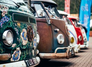 Plusieurs modèes de combis VW alignés