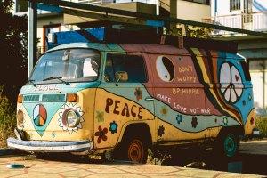 Combi VW décoré en mode hippy