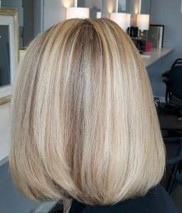 Coiffure blonde avec mèches claires