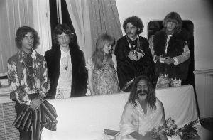 Photo des Rolling Stones avec le Maharashi Mahesh