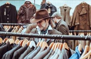 Homme avec chapeau de cowboy