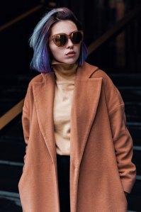 Jeune fille cheveux teints et manteau classique